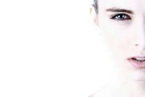 【顔型パーツ診断®】顔型ニュートラルタイプの特徴と似合うファッションスタイル【フェイスライン曲線×直線】