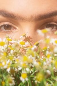 【顔型パーツ診断】顔パーツカーヴィータイプの特徴と似合うファッションスタイル【フェイスパーツ・曲線】